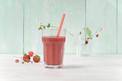 Mash - Food State「Strawberry smoothie in glass with drinking straw」:スマホ壁紙(4)