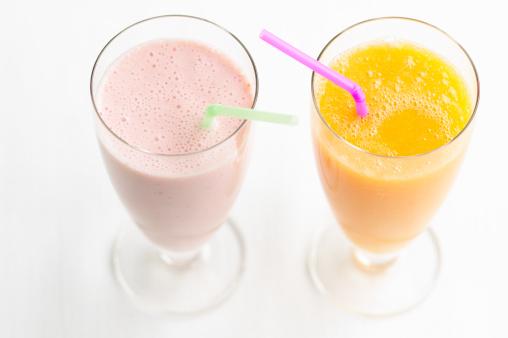 オレンジジュース「Strawberry and orange smoothie, studio shot」:スマホ壁紙(7)