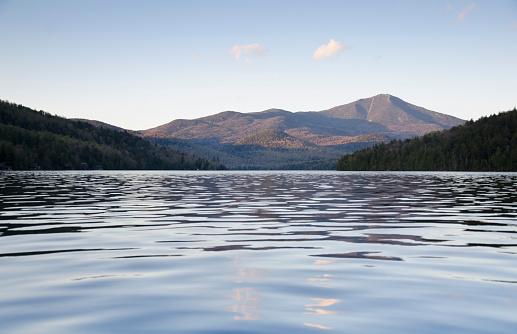 Adirondack Mountains「USA, New York State, Lake Placid, Scenic view of lake」:スマホ壁紙(7)