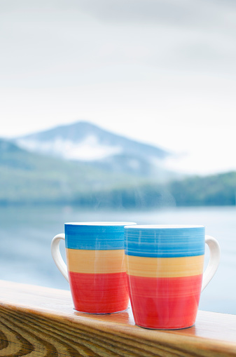 カラフル「USA, New York State, Adirondack, Coffee mugs on railing」:スマホ壁紙(17)