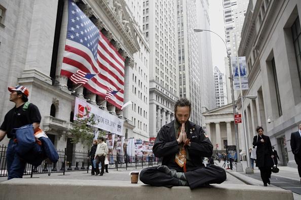 Michael Nagle「NYSE Traders Mediates During Break」:写真・画像(13)[壁紙.com]