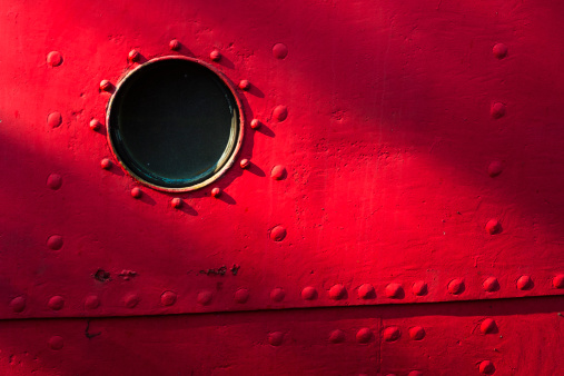 Porthole「USA, New York State, New York City, Porthole of red nautical vessel」:スマホ壁紙(4)