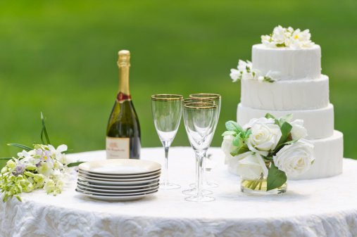 Wedding Cake「USA, New York State, Old Westbury, Table with champagne bottle and wedding cake」:スマホ壁紙(6)