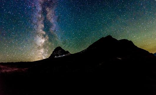 星空「Milky Way Galaxy ビューレイノルズ山の氷河国立公園モンタナ」:スマホ壁紙(1)