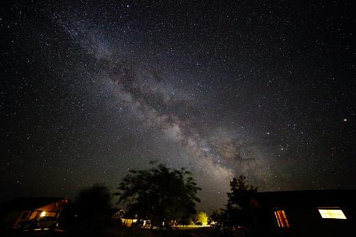 星空「Milky Way Galaxy Shines Brightly Above a Cluster of Cabins」:スマホ壁紙(16)