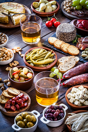 Buffet「Beer and tapas shot on rustic wooden table」:スマホ壁紙(9)
