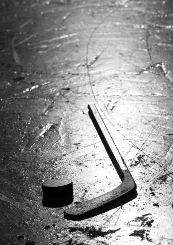 Ice Hockey Stick「Hockey Stick and Puck on Pond Ice Rink Outside」:スマホ壁紙(10)