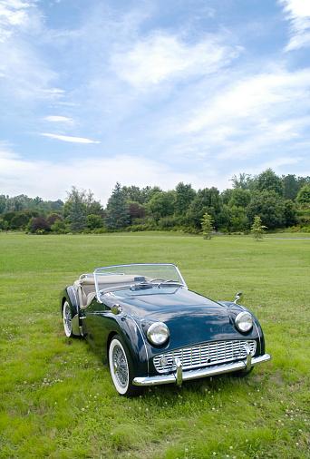 Restoring「A restored green classic sports car」:スマホ壁紙(6)