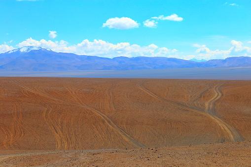 Bolivian Andes「Dirt country roads - mountain pass to Salar de Tara - Dramatic Salar de Tara lagoon and rock formations - Idyllic Atacama Desert, Volcanic landscape panorama – San Pedro de Atacama, Chile, Bolívia and Argentina border」:スマホ壁紙(9)