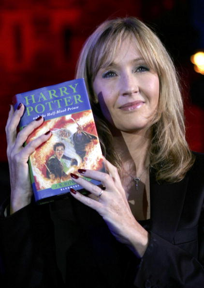 Holding「J K Rowling Reads From New Harry Potter Book」:写真・画像(6)[壁紙.com]
