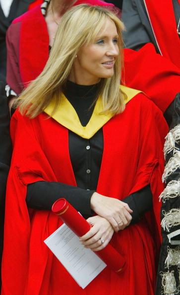 Receiving「GBR: JK Rowling Receives Honorary Degree At Edinburgh University」:写真・画像(13)[壁紙.com]