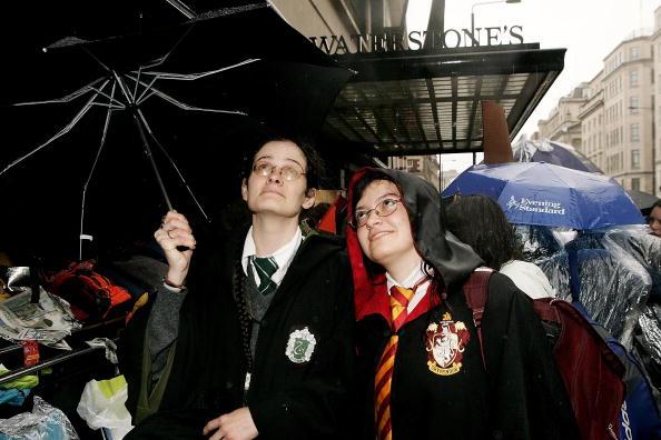 J.K「Harry Potter Fans Queue For Last Book In the Series」:写真・画像(11)[壁紙.com]