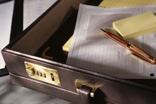 Briefcase「Open briefcase with pen and paper」:スマホ壁紙(2)