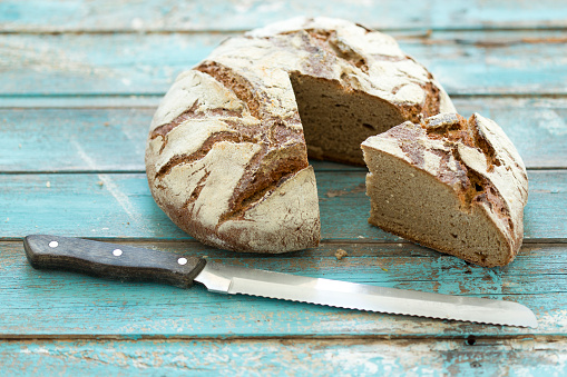 Loaf of Bread「Rustic rye bread on blue wood, knife」:スマホ壁紙(15)