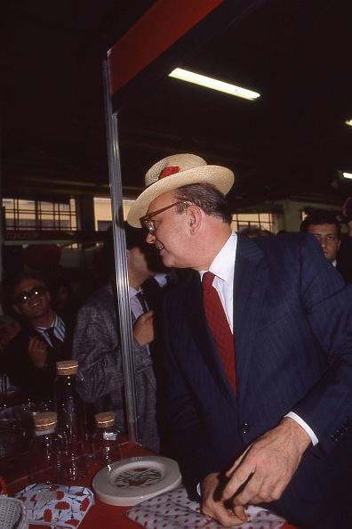 カーネーション「Prime Minister Bettino Craxi wears a hat with the carnation flower on it, symbol of the socialist party, Milan 1987」:写真・画像(16)[壁紙.com]