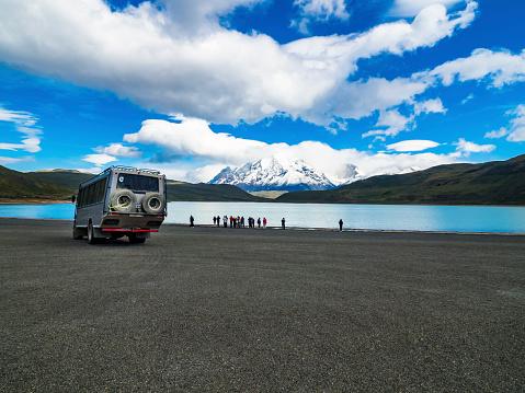 Passenger「Chile, Patagonia, Magallanes y la Antartica Chilena Region, Torres del Paine National Park, Cuernos del Paine, Tourists at Laguna Amarga」:スマホ壁紙(14)