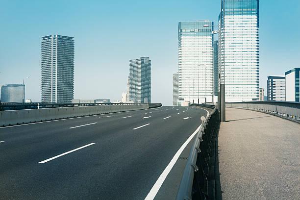 Empty bridge following the skyscrapers:スマホ壁紙(壁紙.com)