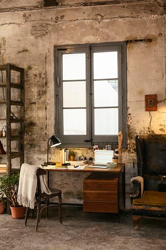 Belongings「Desk with laptop in a loft」:スマホ壁紙(7)