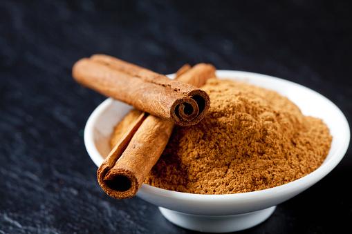 Cinnamon「Bowl of cinnamon powder and two cinnamon sticks」:スマホ壁紙(15)