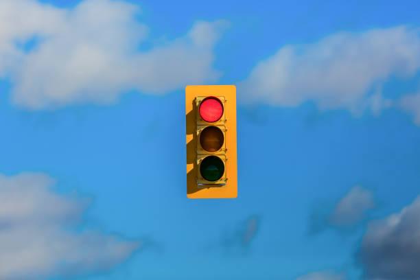 Stoplight floating in sky:スマホ壁紙(壁紙.com)