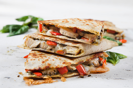 Tortilla - Flatbread「Grilled Chicken and Pesto Quesadilla with Red Peppers and Mozzarella」:スマホ壁紙(3)