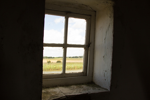 Great Yarmouth - Norfolk「A window looks out from the Tracey Arms Drainage Mill over the River Bure and the flat landscape of the Broads National Park near Great Yarmouth in Norfolk, England.」:スマホ壁紙(12)