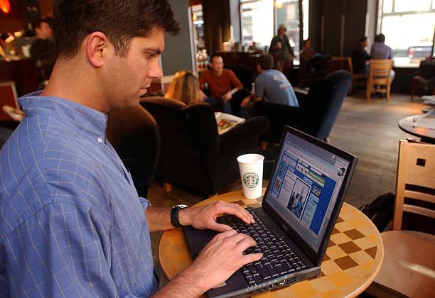 Surfing the Web at Starbucks:ニュース(壁紙.com)