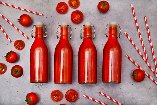 Vegetable Juice「Row of four swing top bottle of homemade tomato juice, straws and tomatoes on grey ground」:スマホ壁紙(11)