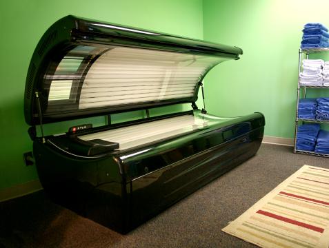Ultraviolet Light「An open tanning bed in a green room」:スマホ壁紙(11)