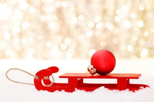 お正月「赤のクリスマスボールのそり」:スマホ壁紙(2)