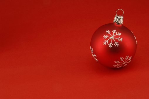Red Background「Red Christmas bauble」:スマホ壁紙(6)