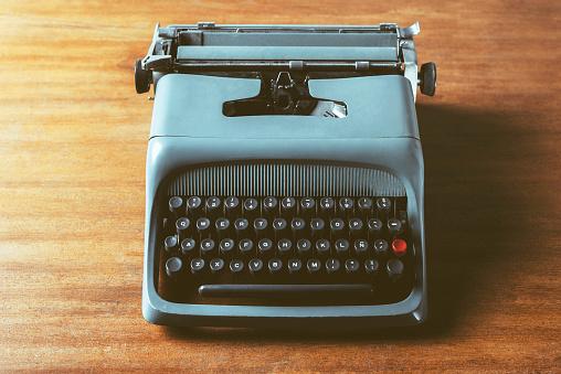 Typewriter「Old typewriter on wood」:スマホ壁紙(5)