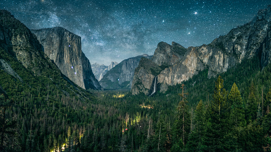 Pine Woodland「Yosemite illuminated by waxing crescent moonlight with rising Milky Way.」:スマホ壁紙(12)