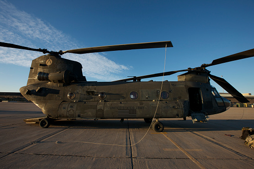 CH-47 Chinook「Ch-47 Chinook helicopter on the tarmac at Davis-Monthan Air Force Base, Arizona.」:スマホ壁紙(8)