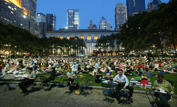 Lawn「NYC's Bryant Park Hosts Outdoor Film Festival」:写真・画像(6)[壁紙.com]