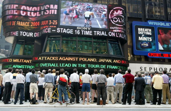 Watching「Tour De France Shown On Times Square Jumbotron」:写真・画像(16)[壁紙.com]