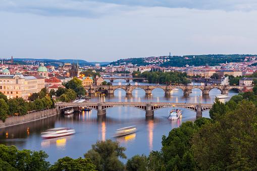 ヴルタヴァ川「Czech Republic, Prague, cityscape with old town, Mala Strana, Charles Bridge and tourboats on Vltava」:スマホ壁紙(15)