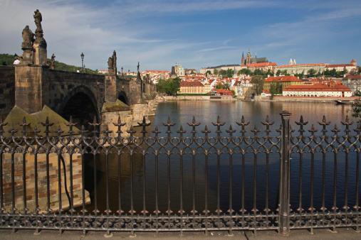 St Vitus's Cathedral「Czech Republic, Prague, Charles Bridge, view through fence」:スマホ壁紙(2)
