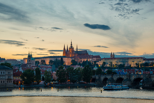 St Vitus's Cathedral「Czech Republic, Prague, Hradcany Castle and St Vitus Cathedral with Vltava River and Charles Bridge at sunset」:スマホ壁紙(19)
