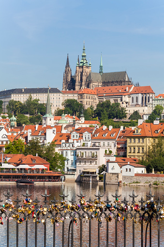 Hradcany Castle「Czech Republic, Prague, Hradcany, Vltlava and love locks on Charles Bridge」:スマホ壁紙(14)