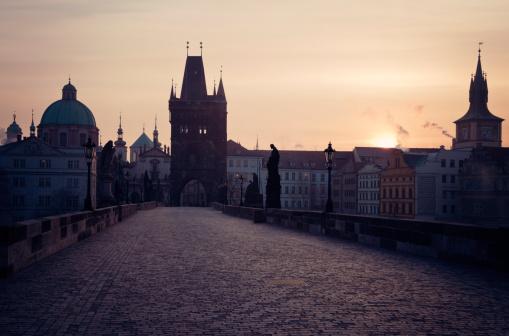 Charles Bridge「Czech Republic, Prague, View over Charles Bridge towards Prague Castle in early morning」:スマホ壁紙(19)