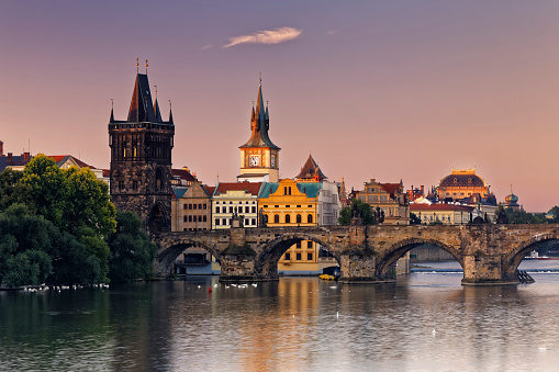 Charles Bridge「Czech Republic, Prague, Old town, Vlatva river, Charles Bridge and Old Town Bridge Tower in the evening」:スマホ壁紙(16)