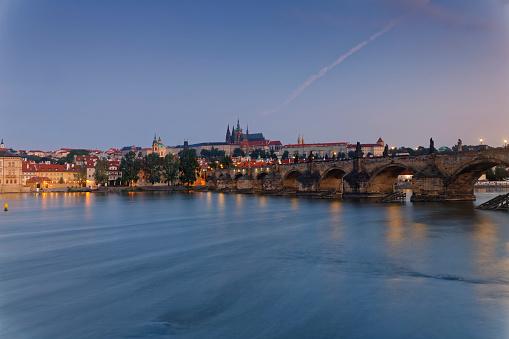 Charles Bridge「Czech Republic, Prague, Old town, Charles Bridge, Prague Castle and St. Vitus Cathedral, Vlatva river in the evening」:スマホ壁紙(3)