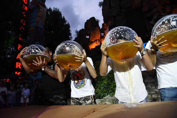 お祭り「Drinking Beer With Fishbowl Competition In Hangzhou」:写真・画像(5)[壁紙.com]