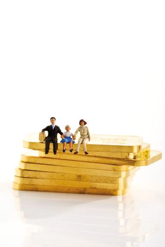 Figurine「Plastic figurines sitting on gold bars」:スマホ壁紙(11)