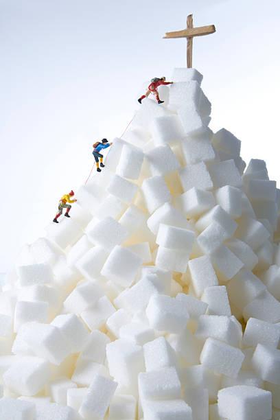 Plastic figurines climbing a mountain:スマホ壁紙(壁紙.com)