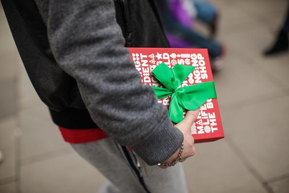 Christmas Present「Londoners Shop On Christmas Eve For Last Minute Presents」:写真・画像(8)[壁紙.com]