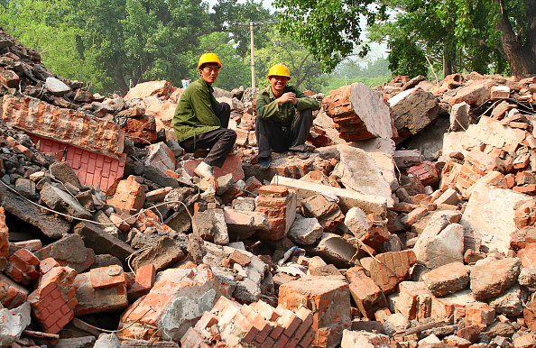 Construction Site「Migrant labourers take a break during the demolition of residential housing in central Beijing.」:写真・画像(4)[壁紙.com]