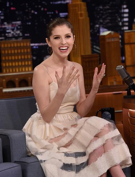 アナ・ケンドリック「Anna Kendrick Visits 'The Tonight Show Starring Jimmy Fallon'」:写真・画像(13)[壁紙.com]