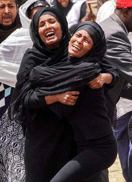 縦位置「Mourners Visit The Crash Site Of Ethiopian Airlines Flight ET302」:写真・画像(19)[壁紙.com]